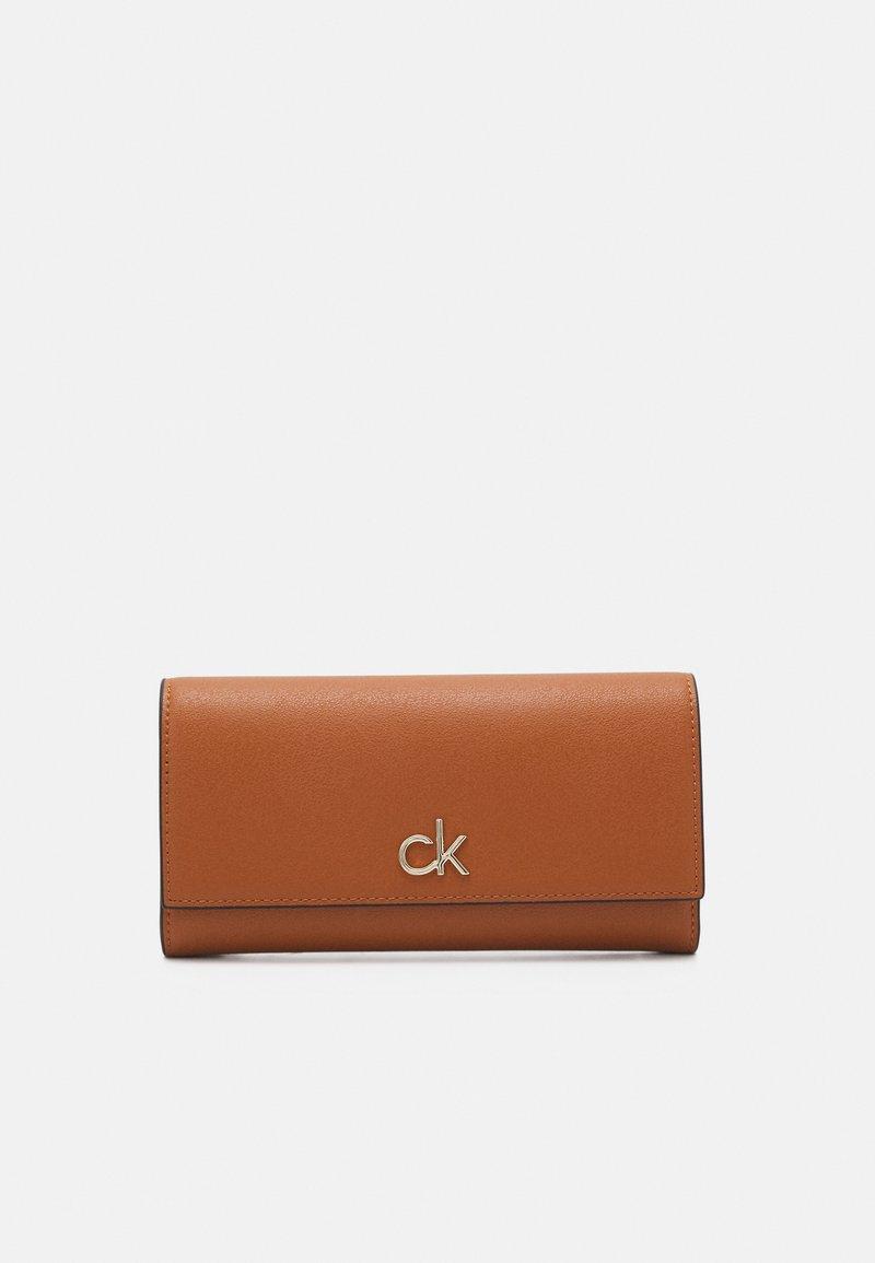 Calvin Klein - TRIFOLD - Portfel - cognac