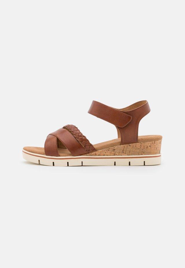 Sandalen met sleehak - cognac
