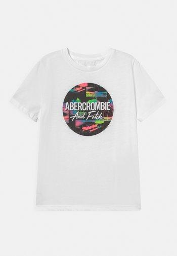 VERTICAL PRINT LOGO - Print T-shirt - white