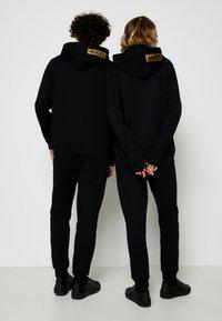 HUGO - DINORO METALLIC UNISEX - Bluza rozpinana - black/gold - 2