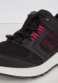 ECCO - EXOSTRIDE  - Sneakers laag - black/sangria - 5
