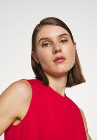 Victoria Victoria Beckham - PINTUCK FLOUNCE HEM SHIFT DRESS - Denní šaty - postbox red - 3