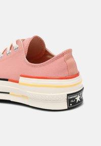 Converse - CHUCK 70 OFF THE GRID - Trainers - pink quartz/bright poppy/egret - 4
