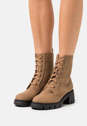 VEGAN WIDE FIT KENDALL COMBAT LACE UP BOOT - Platform ankle boots - tan