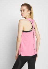 Under Armour - KNOCKOUT - T-shirt de sport -  lipstick/black - 2