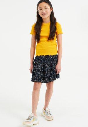 SLIM FIT  - Jednoduché triko - ochre yellow