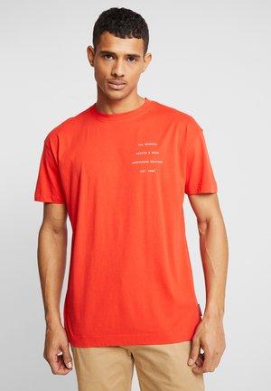 CREWNECK TEE WITH CLEAN LOGO ARTWORK - Print T-shirt - fiesta red