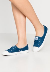 Converse - CHUCK TAYLOR ALL STAR BALLET LACE - Sneakersy niskie - court blue/agate blue/white - 0