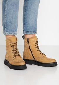 MJUS - Kotníkové boty na platformě - bisanzio - 0