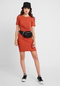 Pieces - PCMANULA DRESS - Shift dress - picante - 2