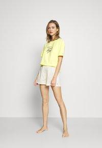 Tommy Hilfiger - TEE LOGO - Pyjama top - elfin yellow - 1