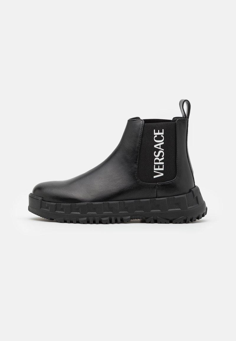 Versace - STIVALETTOC LOGATO - Kotníkové boty - black