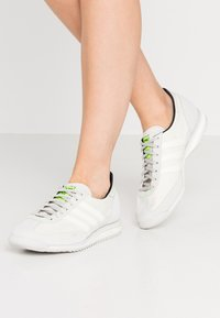 adidas Originals - SL 72  - Trainers - grey one/offwhite/signal green - 3
