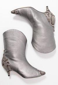 L37 - LIKE A DREAM - Cowboy/biker ankle boot - silver - 3