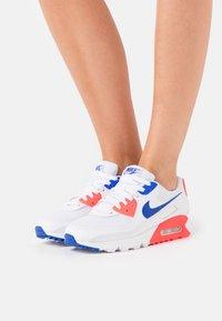Nike Sportswear - AIR MAX 90 - Sneakersy niskie - white/racer blue/flash crimson - 0