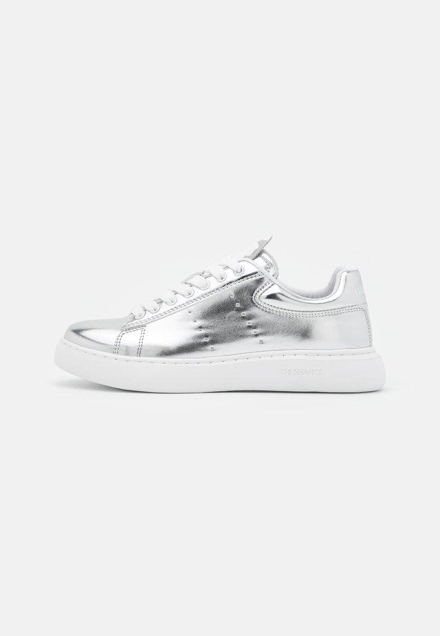 YRIAS METALLIC - Sneakers laag - silver