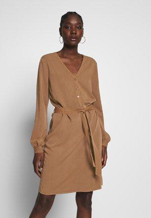 BELLEVUE DRESS - Blusenkleid - warm camel