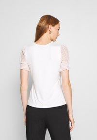 Dorothy Perkins - DOBBY PUFF SLEEVE  - Print T-shirt - white - 2