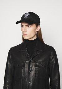 Versace - VIA GESU UNISEX - Cappellino - nero - 0