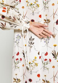 Mother of Pearl - VNECK MIDI DRESS WITH ROPE CUFF TIE - Vestito estivo - herbarium ivory - 7