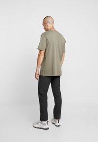 Mennace - ESSENTIAL SIG UNISEX - Basic T-shirt - khaki - 2