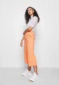 Nike Sportswear - W NSW CAPRI JRSY - Joggebukse - orange trance - 1