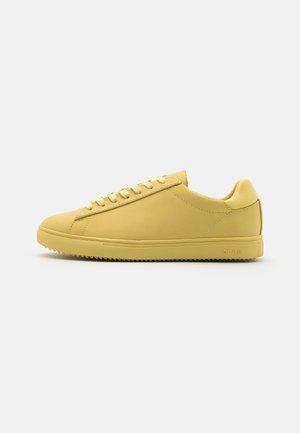 BRADLEY - Sneakersy niskie - pale banana