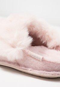 Crocs - CLASSIC LUXE SLIPPER  - Slippers - rose dust - 2