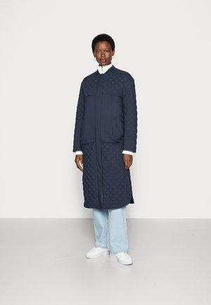 LONG LOOSE QUILT COAT - Cappotto classico - dark sapphire