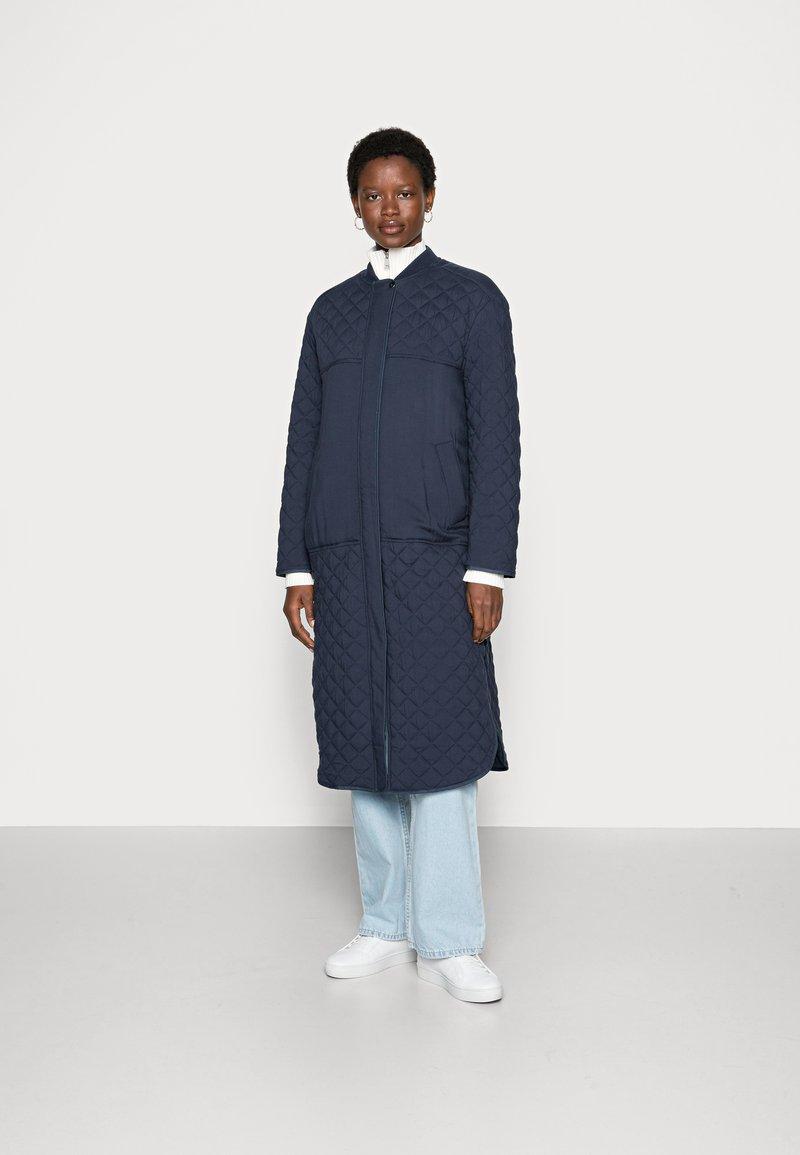esmé studios - LONG LOOSE QUILT COAT - Classic coat - dark sapphire
