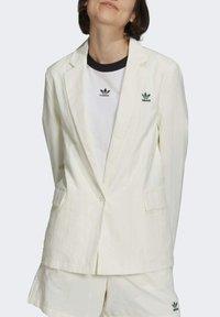 adidas Originals - TENNIS LUXE BLAZER ORIGINALS JACKET - Blazer - off white - 3