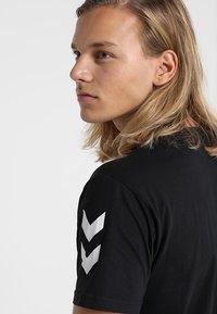 Hummel - Print T-shirt - black - 5