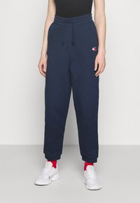 Tommy Jeans - RELAXED BADGE PANT - Tracksuit bottoms - twilight navy - 0