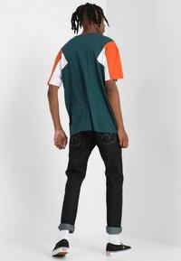 Urban Classics - BOXY TEE - Print T-shirt - jasper/rustorange/white - 2