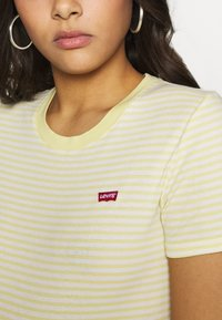 Levi's® - BABY TEE - T-shirt z nadrukiem - pale banana - 4
