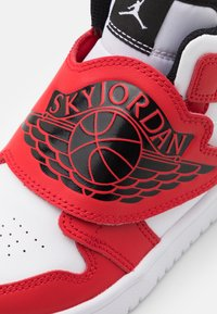 Jordan - SKY 1 UNISEX - Basketbalové boty - white/black/university red - 5