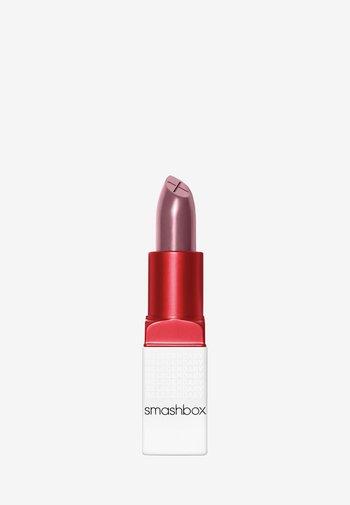 BE LEGENDARY PRIME & PLUSH LIPSTICK - Lipstick - 11 spoiler alert