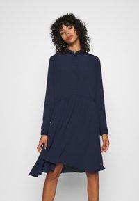 Minimum - BINDIE DRESS - Skjortekjole - navy blazer - 0