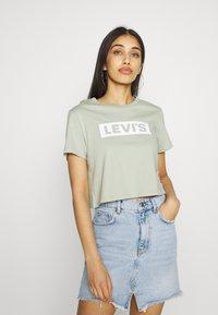 Levi's® - CROPPED JORDIE TEE - T-shirt imprimé - desert sage - 0