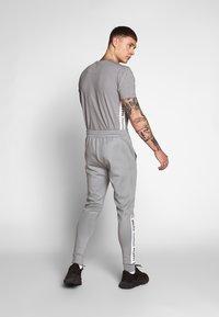 11 DEGREES - ASYMMETRIC TRACK PANTS - Pantaloni sportivi - silver - 2