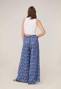 Mango - MIT BLUMENMUSTER - Pantalon classique - blau - 2