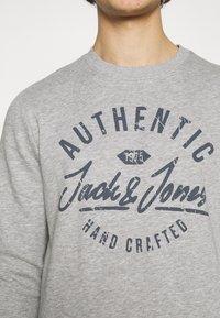 Jack & Jones - JJHERO CREW NECK - Bluza - light grey melange - 4