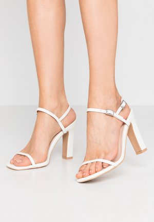 WIDE FIT SILVINA - Sandaler med høye hæler - white