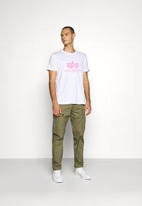 Alpha Industries - BASIC - T-shirt med print - white/neon pink - 1