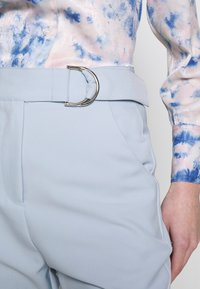 4th & Reckless - CARRY TROUSER - Pantaloni - light blue - 5