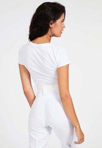 Guess - LOGO TRIANGULAIRE STRASS - T-shirt imprimé - blanc - 2