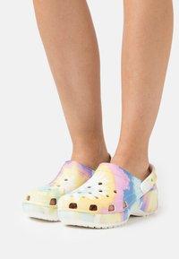 Crocs - CLASSIC PLATFORM TIE DYE  - Pantofle na podpatku - white/multicolor - 0