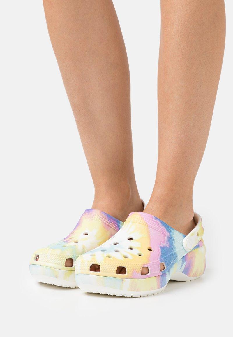 Crocs - CLASSIC PLATFORM TIE DYE  - Pantofle na podpatku - white/multicolor