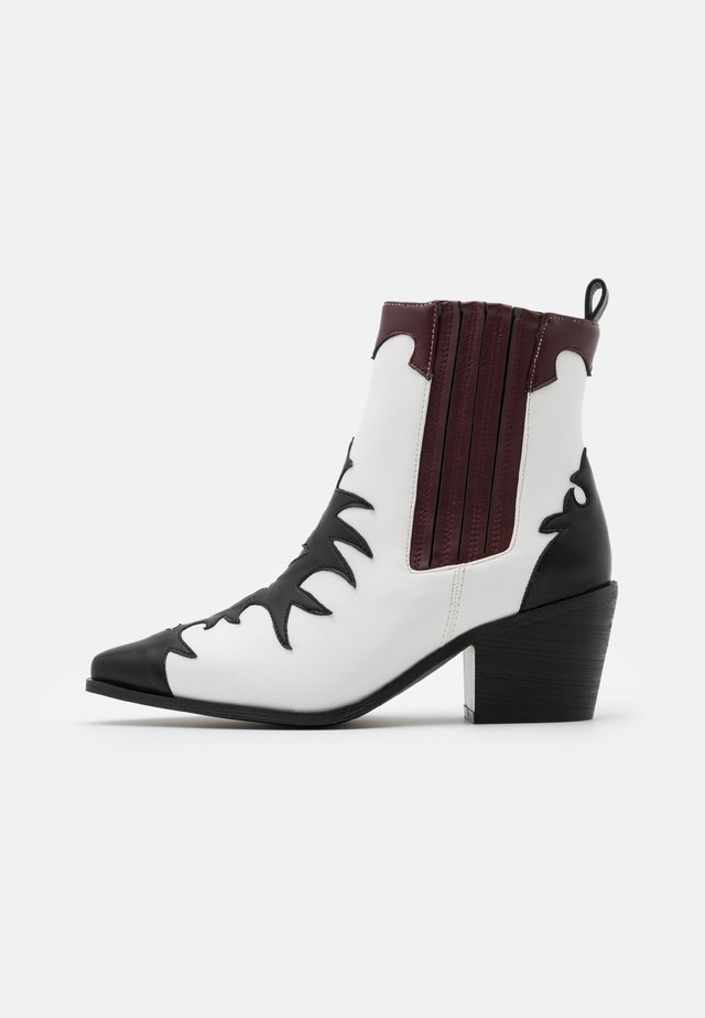WIDE FIT EVITA - Cowboy/biker ankle boot - black/white/bordo