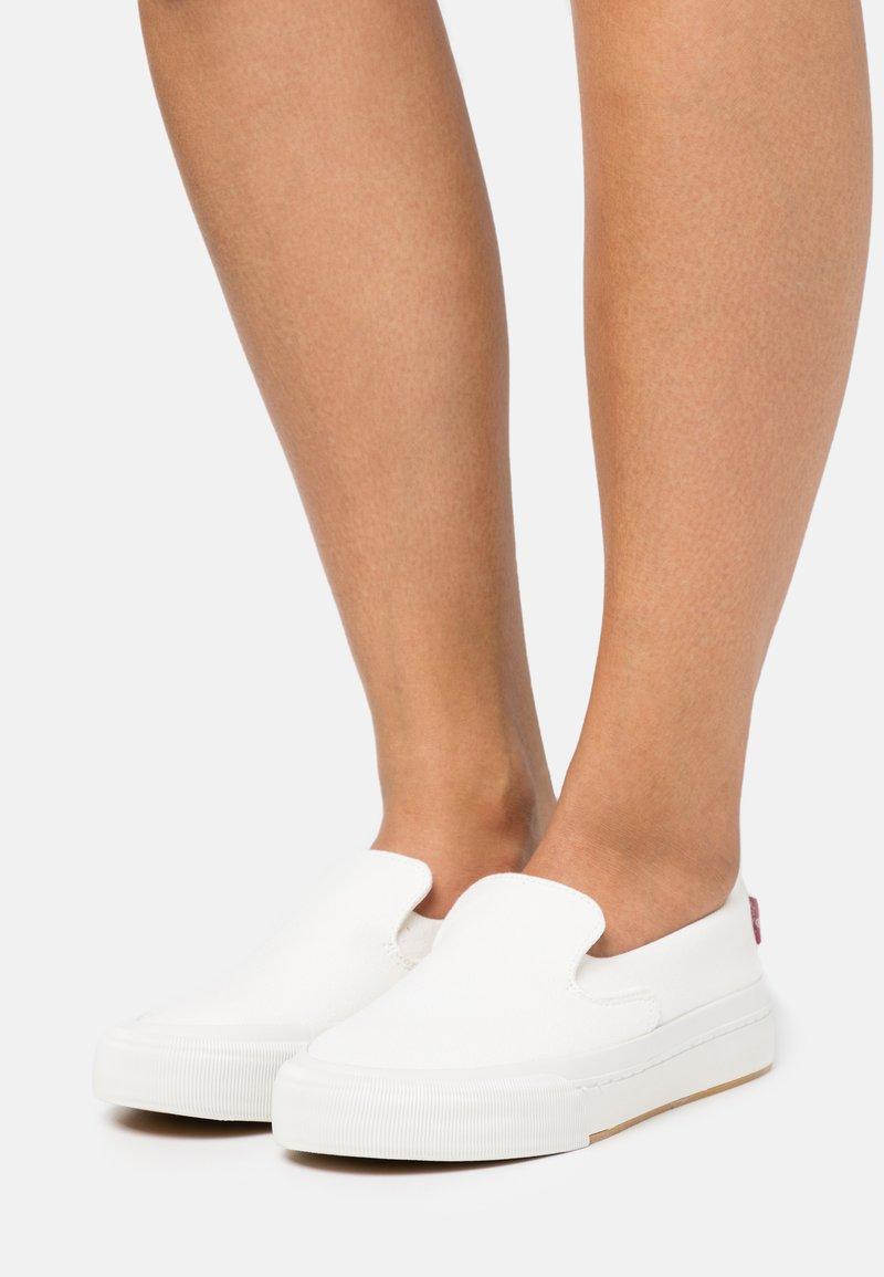 Levi's® - SUMMIT SLIP ON  - Tenisky - regular white